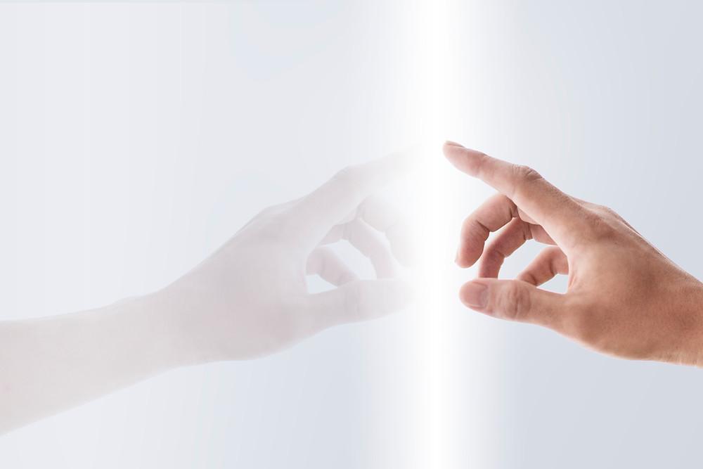 tangan menyentuh papan gelas-eksperimen inovasi