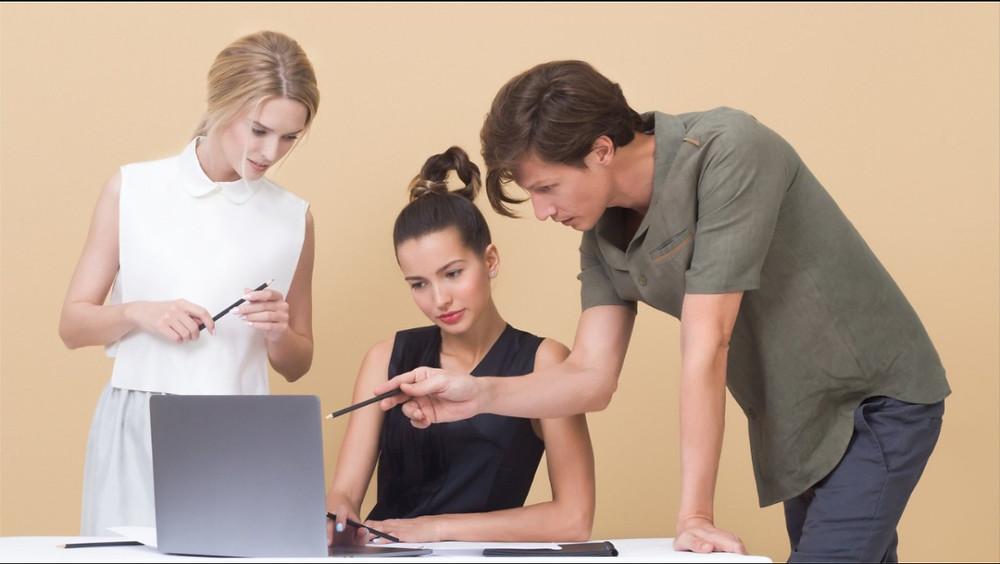 Karyawan menatap laptop untuk memecahkan masalah dalam inovasi