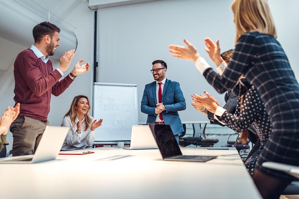 karyawan memberikan tepuk tangan sebagai motivasi agar terus semangat berinovasi