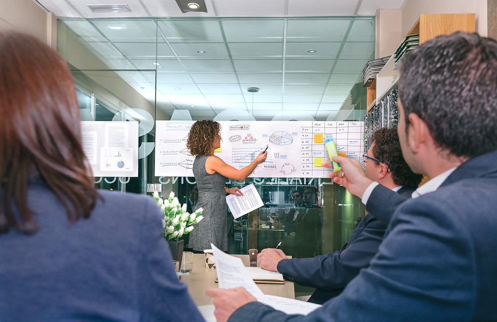 woman explain common pitfalls in agile project