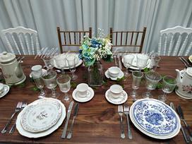 Location table en bois chaise Chiavari or, chaise Napoléon blanche, Vaisselle vintage