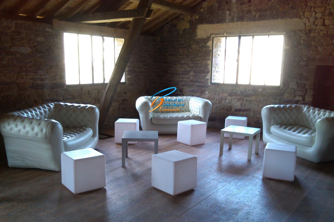 Canapé Chesterfield blanc: coin lounge mariage, Fougères, Vitré, Rennes, Ille et vilaine, Bretagne, Normandie, Mayenne, Pays de la Loire.