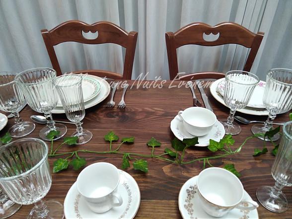 Location Table en bois vintage, couleur chêne rustique, chaise en bois dépareiller, vaisselle vintage dépareiller.