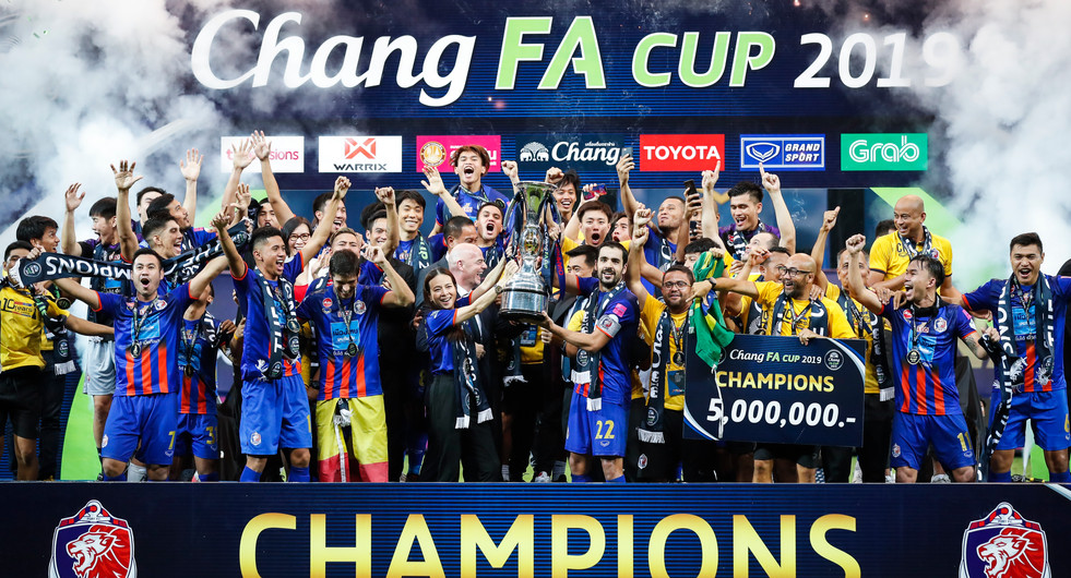 2019 Thai FA Cup winners Thai Port FC celebrate a 1-0 victory over Ratchaburi Mitr Phol FC at Leo Stadium with team captain David Rochela and chairwoman Nualphan Lamsam lifting the trophy. Bangkok, Thailand.