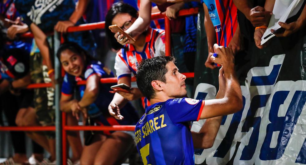 Thai Port FC's Sergio Suarez signs autographs for the home fans at the PAT Stadium. Bangkok, Thailand.
