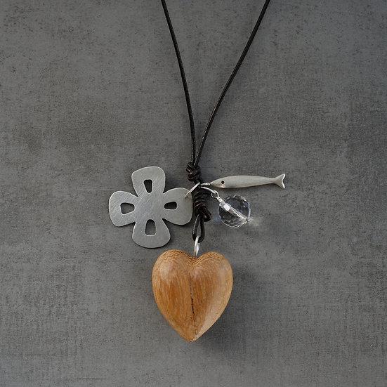 colar coração de madeira e flor