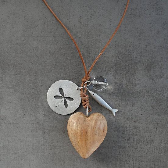 colar coração de madeira e libélula