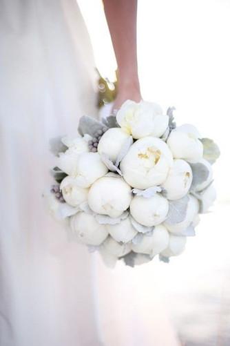 Букет невесты из шикарных белых пионов