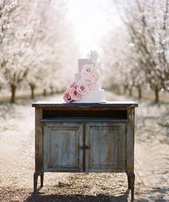 Идеи свадебного торта украшенного цветами