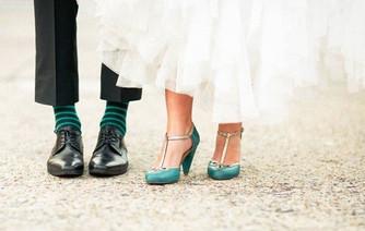 «Цветовой» тандем: носки жениха + туфли невесты