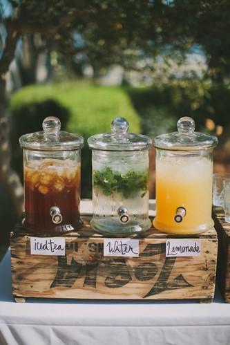 Идеи для летней свадьбы: стол с освежающими напитками