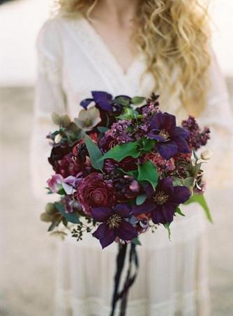 Идеи свадебных букетов в темных цветах