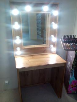 Tocador con espejo rustico y luces