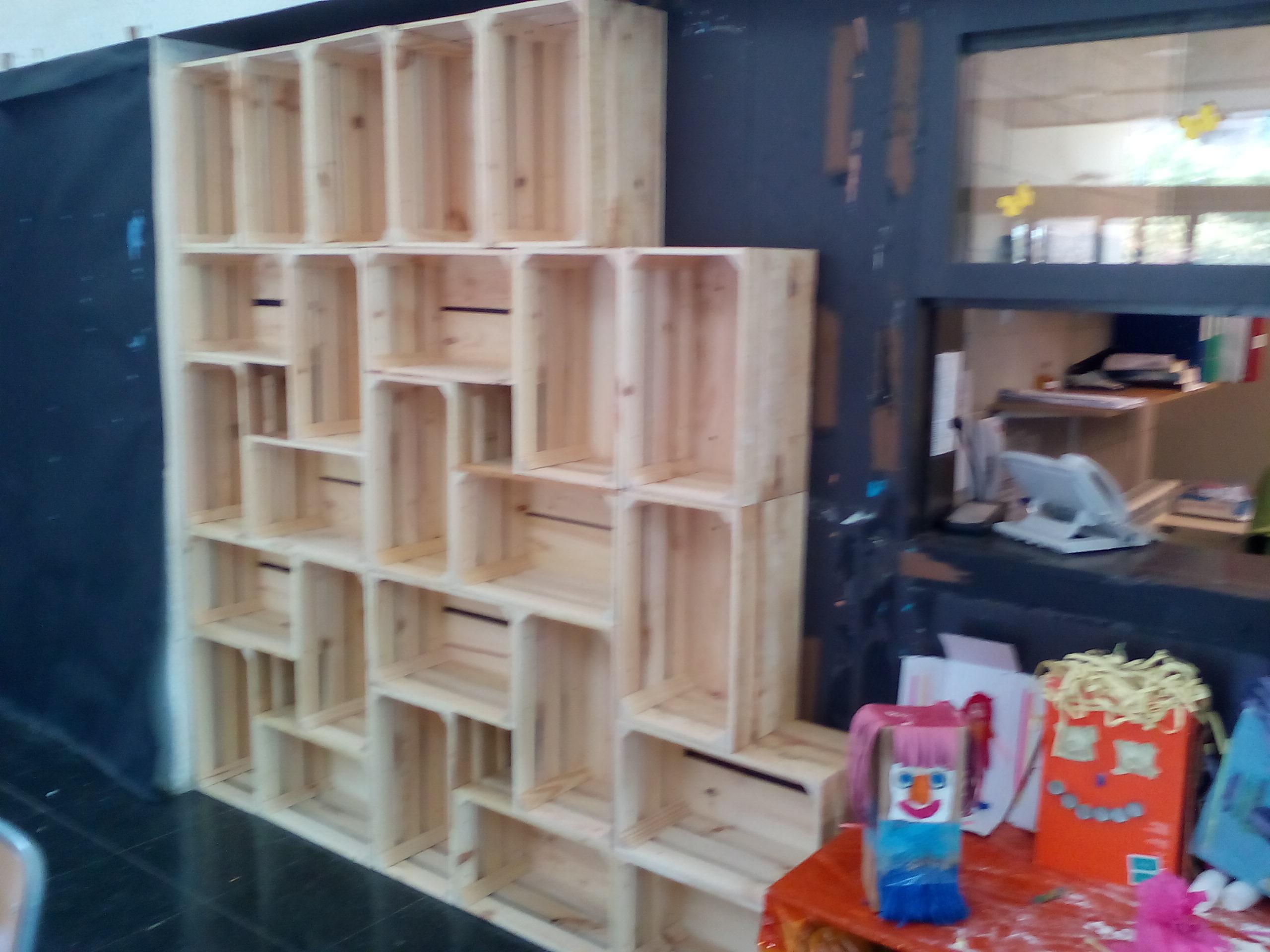 Forrado de pared con cajas de frutas