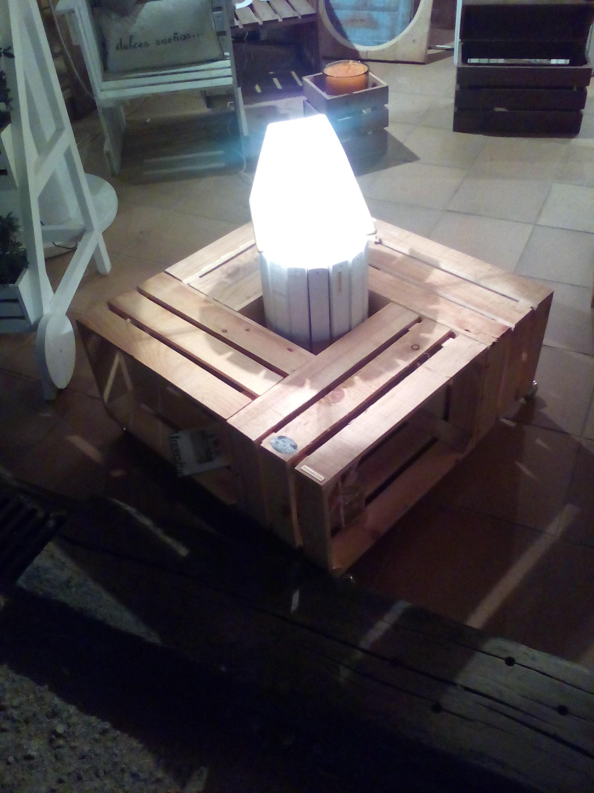Mesa cajas madera y lámpara