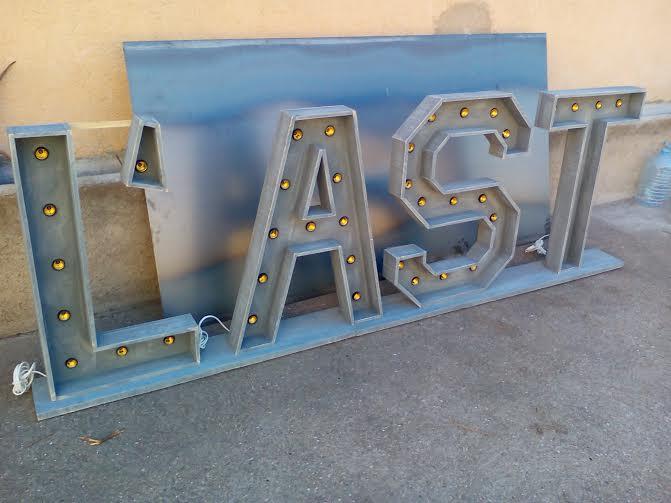 Letras gigantes con luces