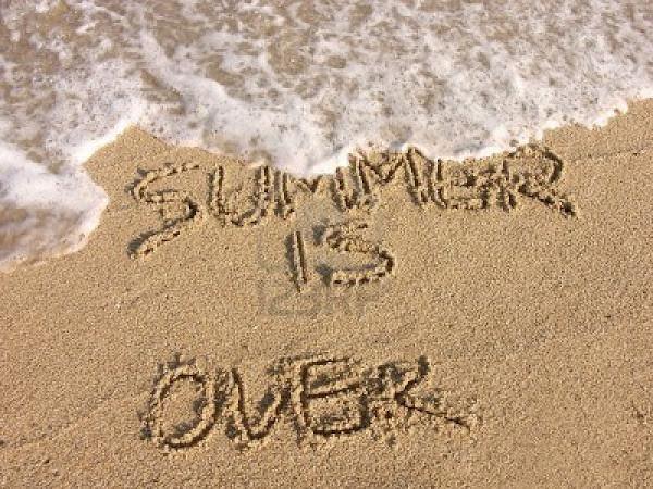 4083891-el-verano-se-acabo--escritura-en-la-arena-de-la-playa.jpg