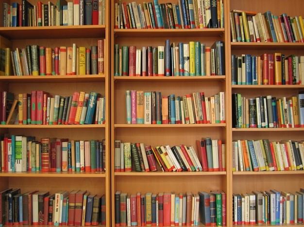 Estante e doação de livros