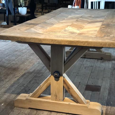 Rustikt ekbord tillverkat av 200 år gammalt virke