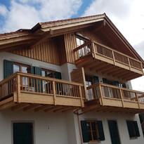 Neubau  Dachstuhl, Außenfassade und Balkone Mehrfamilienhaus