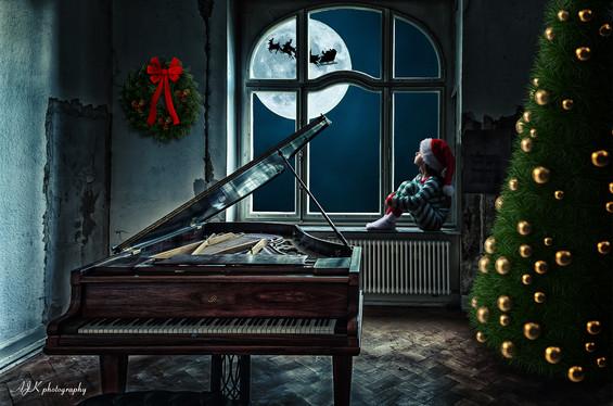 Christmas window 10 piano Juliette fb.jp
