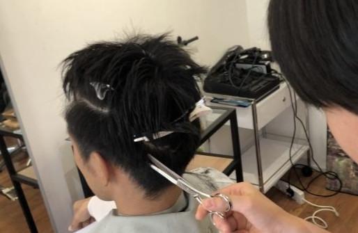 中学生に髪を切られる