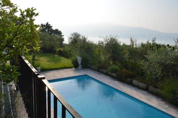 Pool und Blick auf Monte Baldo