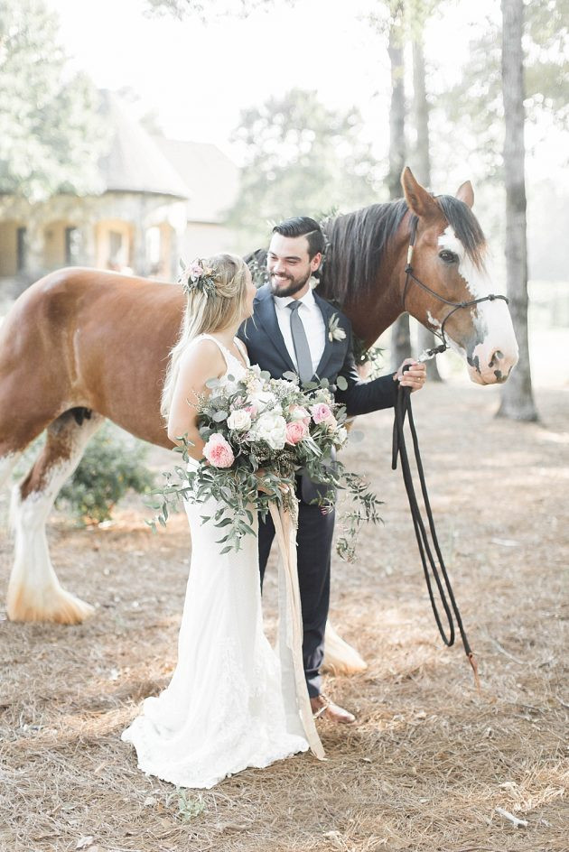 bride groom horse flowers