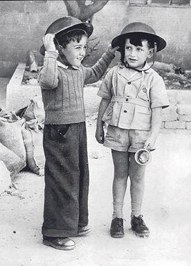Kinder mit Helmen