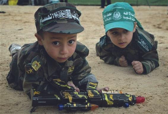 Kinder mit Spielzeugwaffen