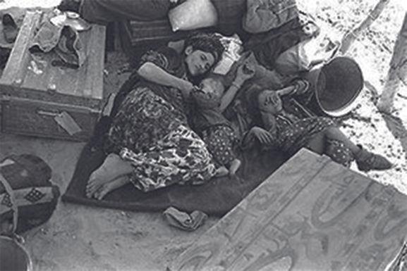 Jüdische Mutter und ihre Kinder auf der Flucht aus dem Irak. 1