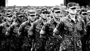 Entre milicianos e militares