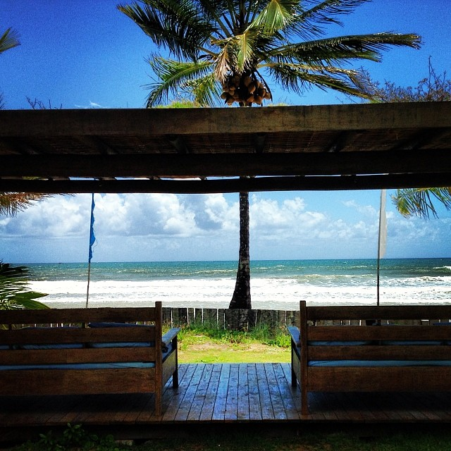 Lounges com sofas em frente ao mar