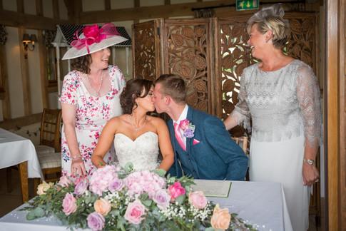 bride and goom sign regiter