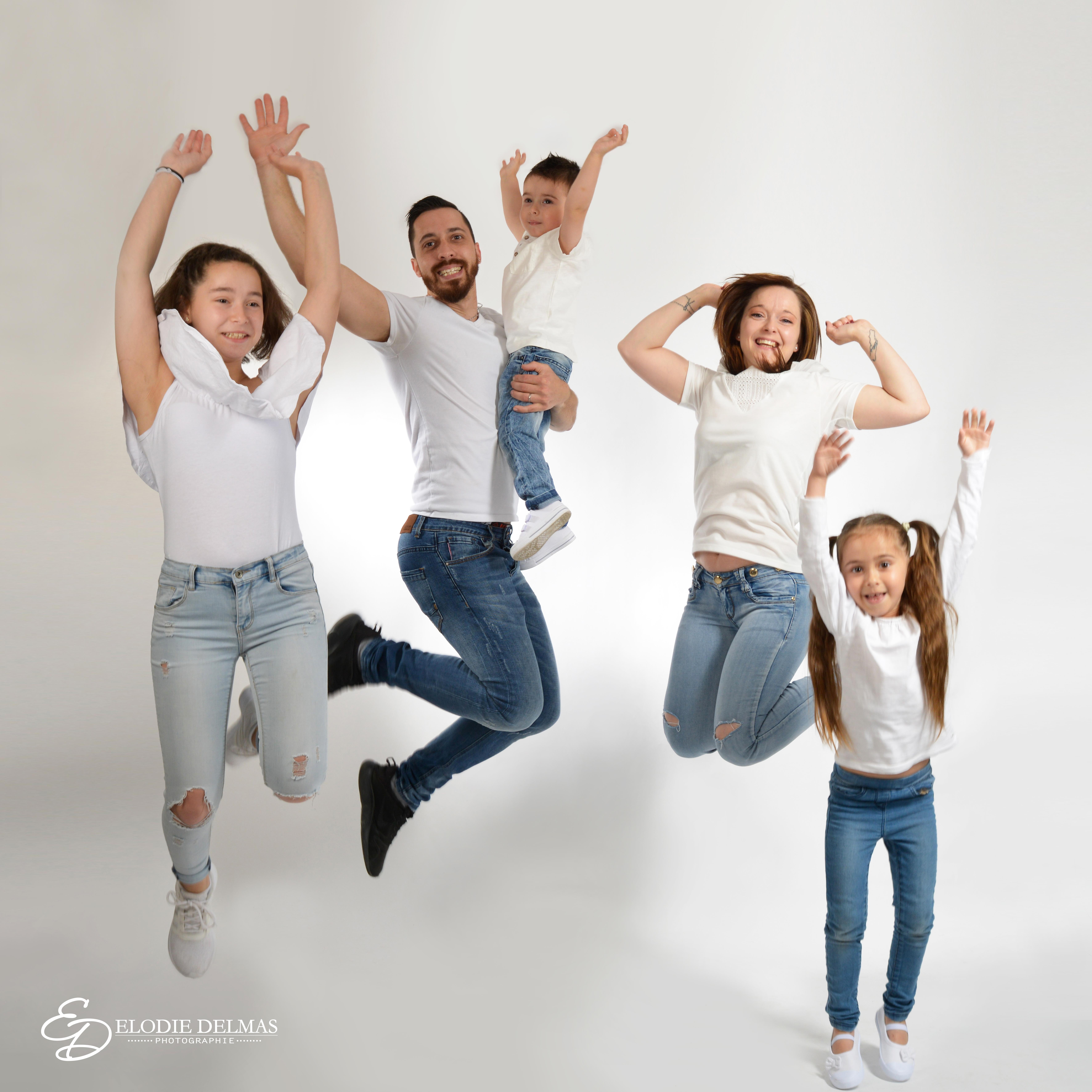 Retouche famille qui saute 60x60cm copie