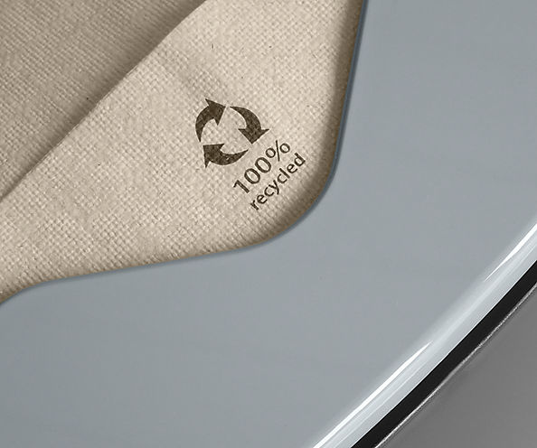 Dettaglio tovagliolo in carta riciclata F34 nel distributore di tovaglioli biodegradabile