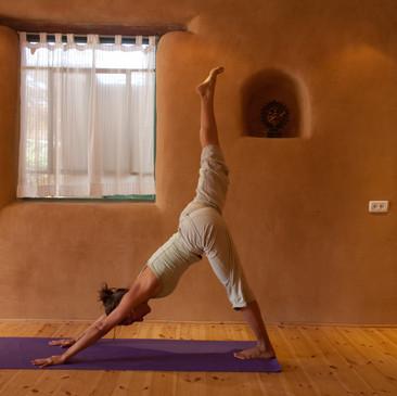 """שיעורי יוגה וסדנאות """"ברוח המדבר"""""""