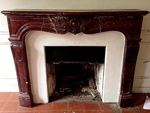 Cheminée ancienne de Style LOUIS XIV en marbre rouge griotte.