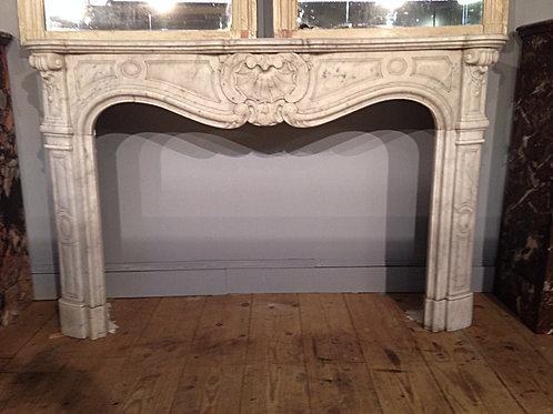 Grande Cheminée ancienne en marbre blanc de style LOUIS XV.