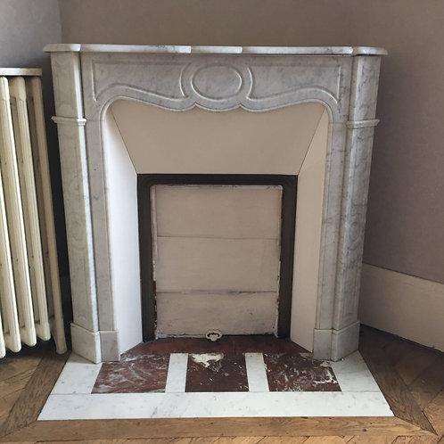 Petite Cheminée ancienne de style LOUIS XV en marbre blanc veiné.