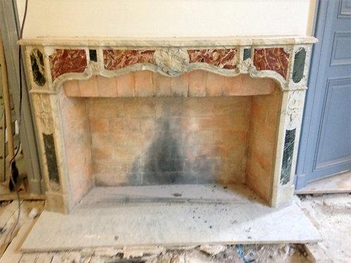 Grande Cheminée ancienne  LOUIS XV  en marbre blanc veiné à incrustations.