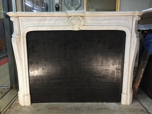 Cheminée ancienne de style LOUIS XIV en marbre blanc.