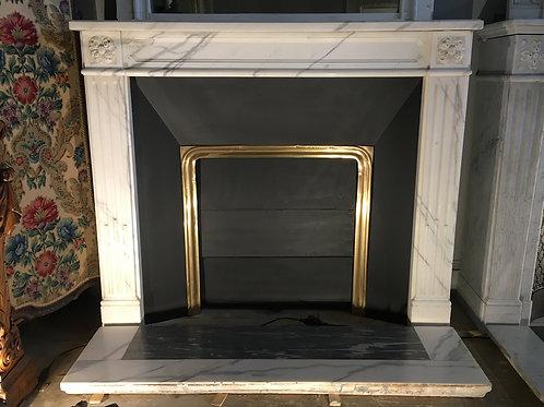 Cheminée ancienne de style LOUIS XVI en marbre blanc demi-statuaire.