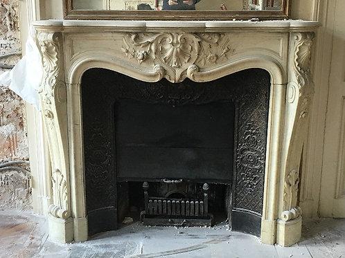 Cheminée ancienne de style LOUIS XV en marbre blanc.