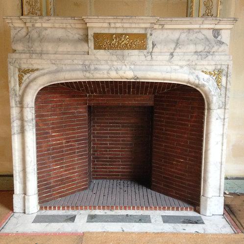 Cheminée ancienne de style NAPOLEON III en marbre blanc veiné gris.