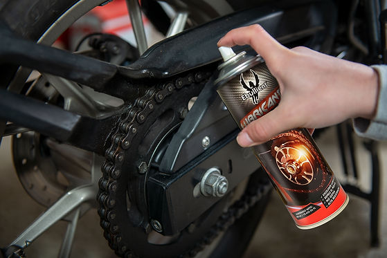 lubricating-motorcycle-chain-with-chain-