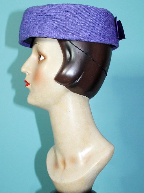 Lata pięćdziesiąte/sześćdziesiąte - fioletowy materiałowy toczek z klamrą