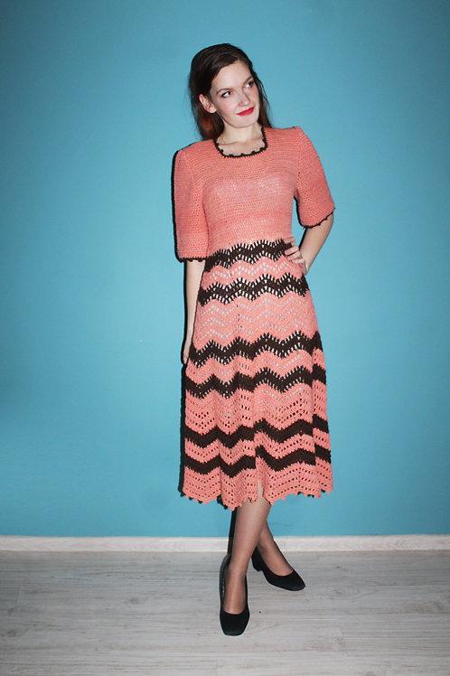 Lata siedemdziesiąte - wełniana ręcznie dziergana sukienka w pasy midi