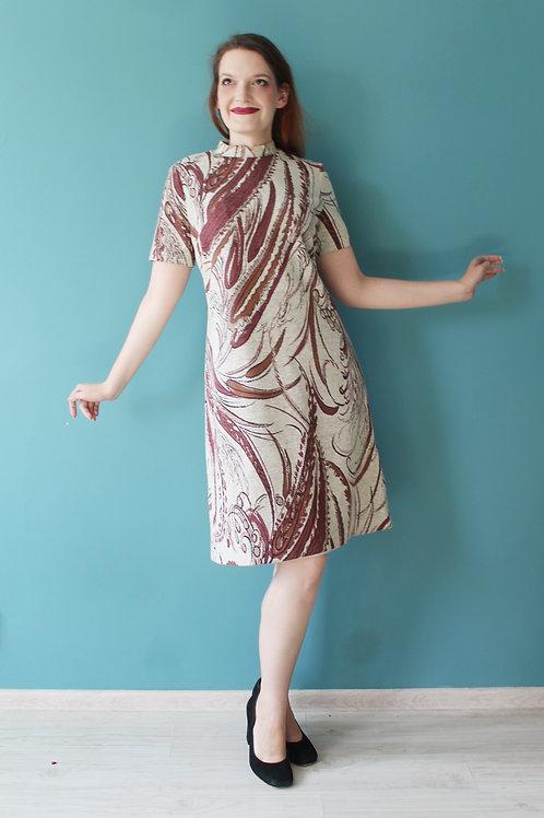 Lata sześćdziesiąte - wełniana ołówkowa sukienka w brązowe wzory pałki wodne
