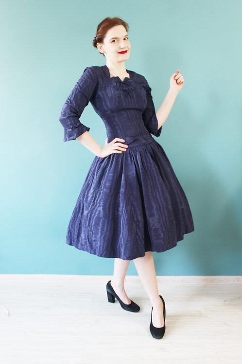 Lata pięćdziesiąte - granatowa sukienka wiskozowa z kokardkami na dekolcie